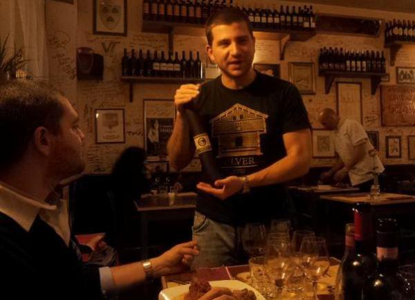 Giuliano parla del salame di alce e mirtilli mentre Charles ammira estasiato. La spiegazione a tutto ciò la trovate in fondo all'articolo