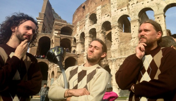 pirati al Colosseo con maglioncino della zia e beer-bong