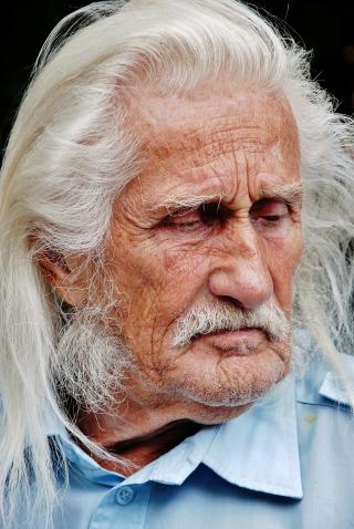 vecchio_uomo_capelli_bianchi